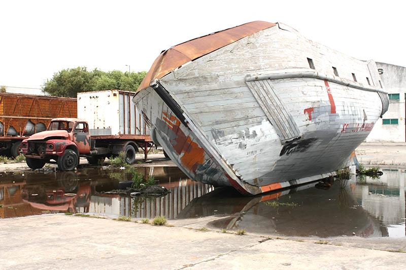Un Bedford espejado en el puerto.